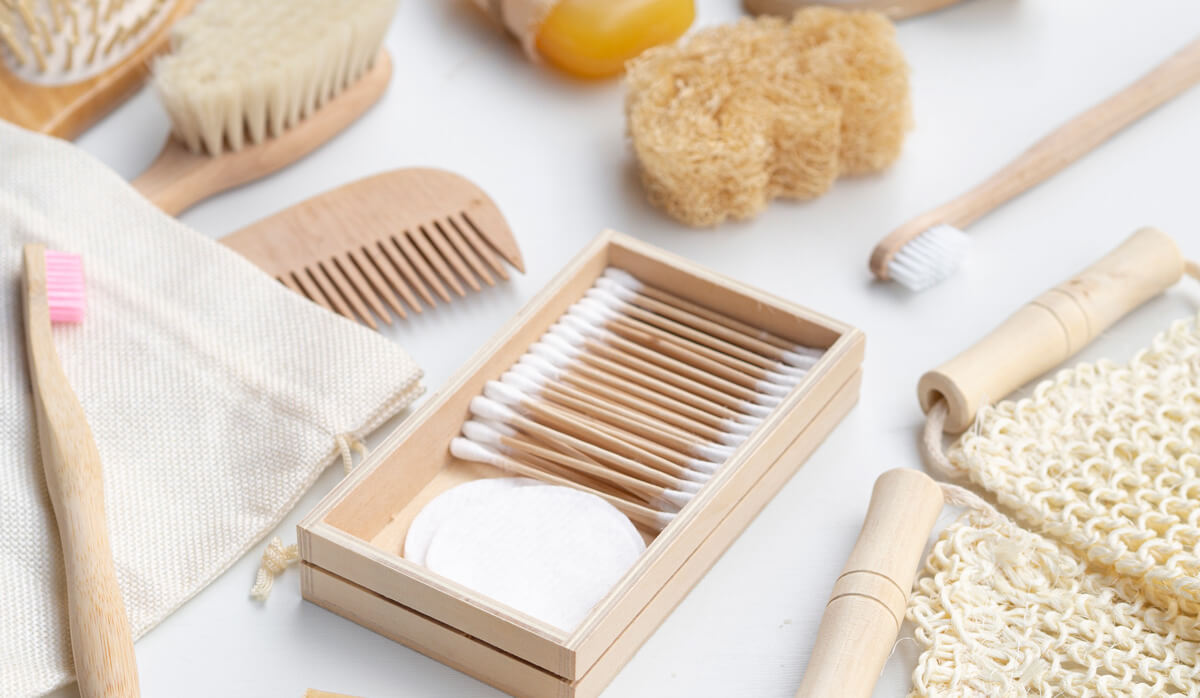 Alternatives to daily essentials of plastic products that includes bamboo tooth brush, bamboo comb, jute bags, bamboo brush, and loofah. | Agrrro